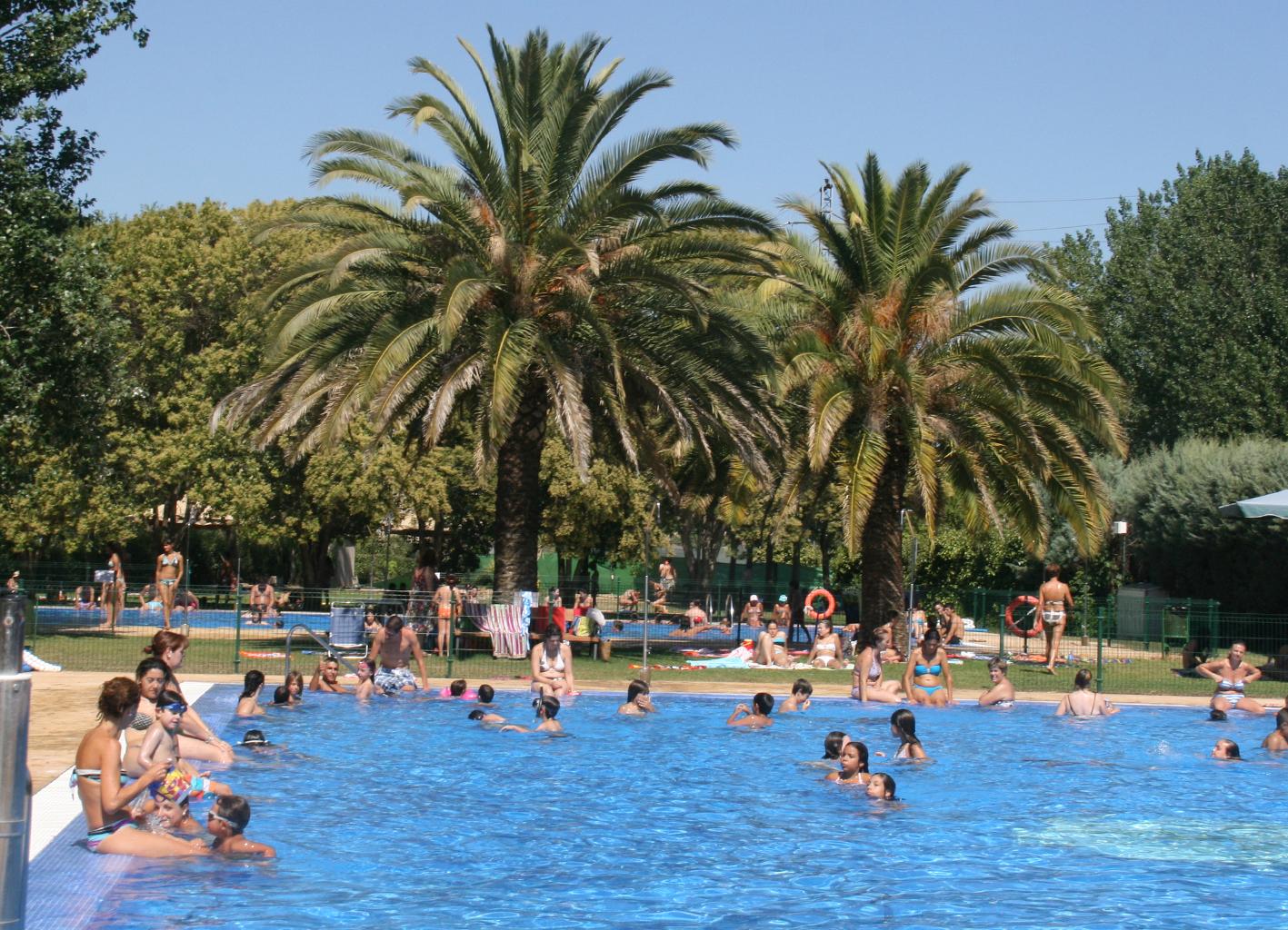 La venta de entradas a las piscinas municipales aumenta un for Piscina municipal barrio del pilar